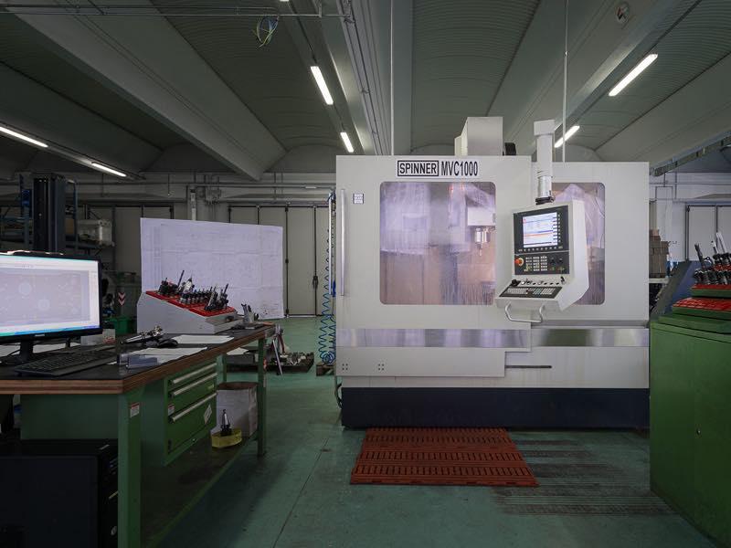 Centro di lavoro Spinner MVC1000 - Lavorazioni Meccaniche di Precisione